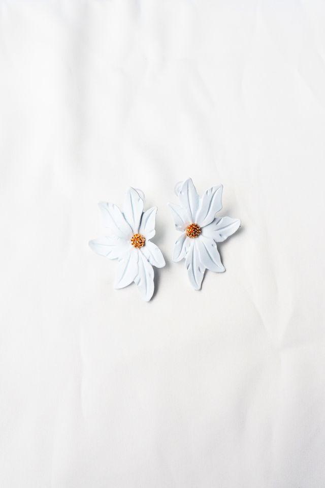 Aurelia Flower Earstuds (White)