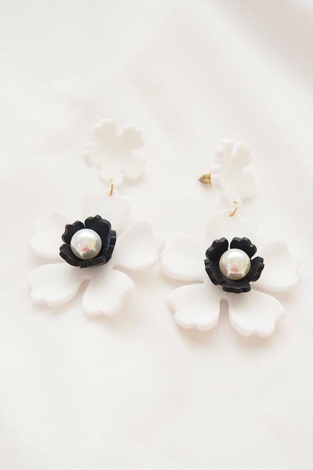 Flower Earstuds (White)