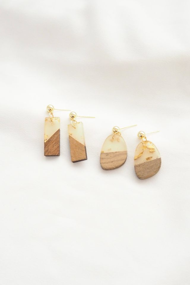 Gold Flakes Woody Earstuds in Oblong