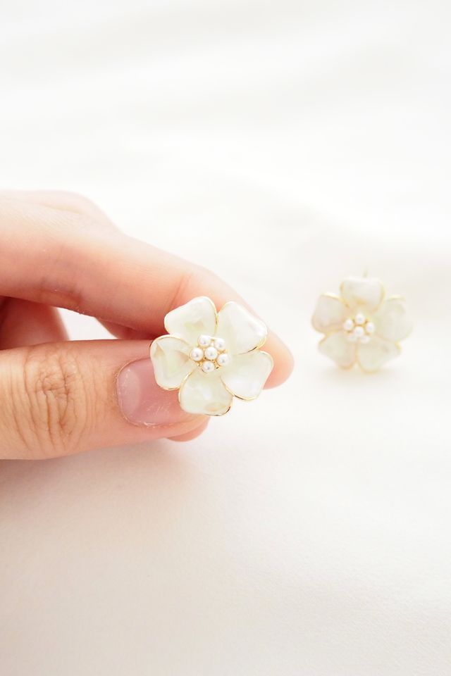 Crushed Shell Flower Earstuds