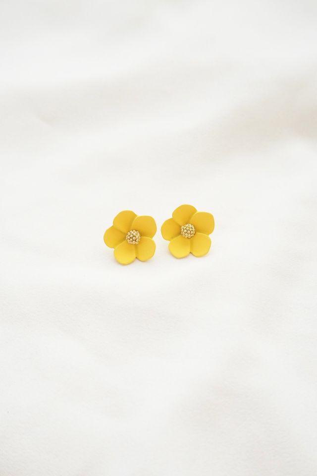 Juli Flower Earstuds in Yellow