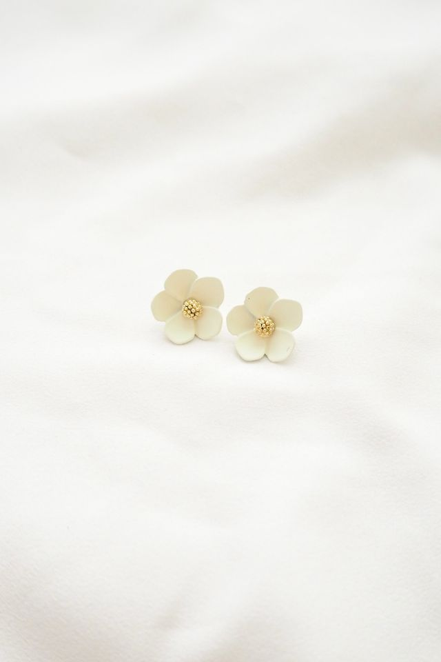 Juli Flower Earstuds in White