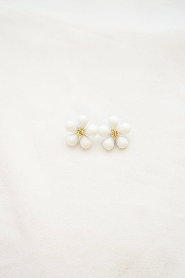 Paisley Flower Earstuds in White
