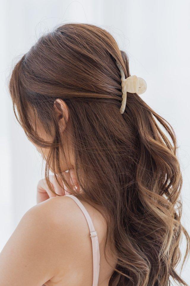 Mari Claw Clip in Blonde
